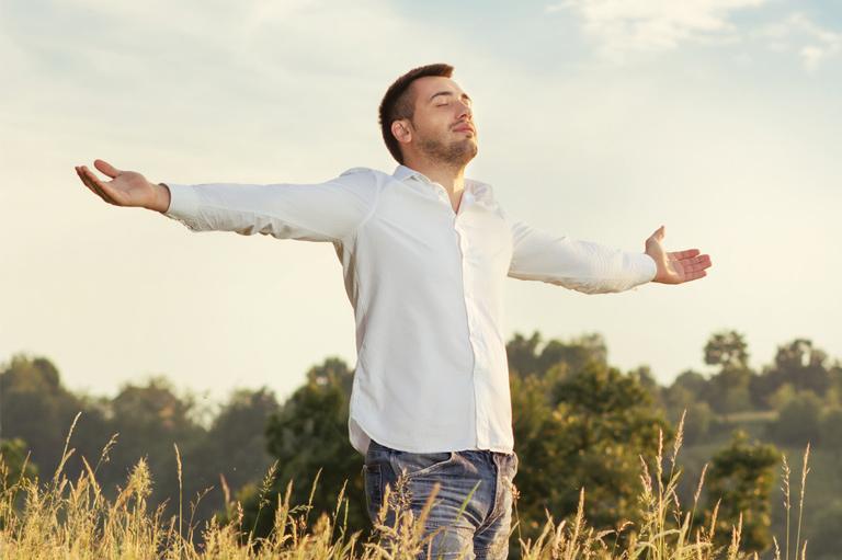 Mężczyzna oddycha czystym powietrzem